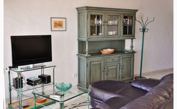 Wohnzimmer mit Klimaanlage, Schwedenofen und Meerblick / Livingroom with Aircon, Fireplace and Sea View