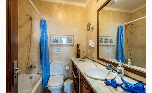Badezimmer mit Wanne / Bathroom