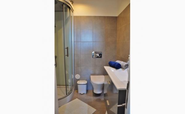 Badezimmer mit Dusche, Waschmaschine und Trockner / Bath with shower, washing machine and dryer