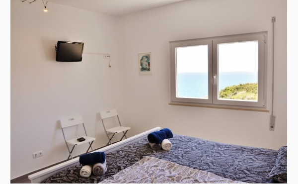 Schlafzimmer mit Aicon und TV / Bedroom with Aircon and TV